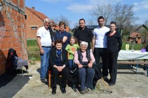Obitelj Marić sa župnikom Nedjeljkom Androšom